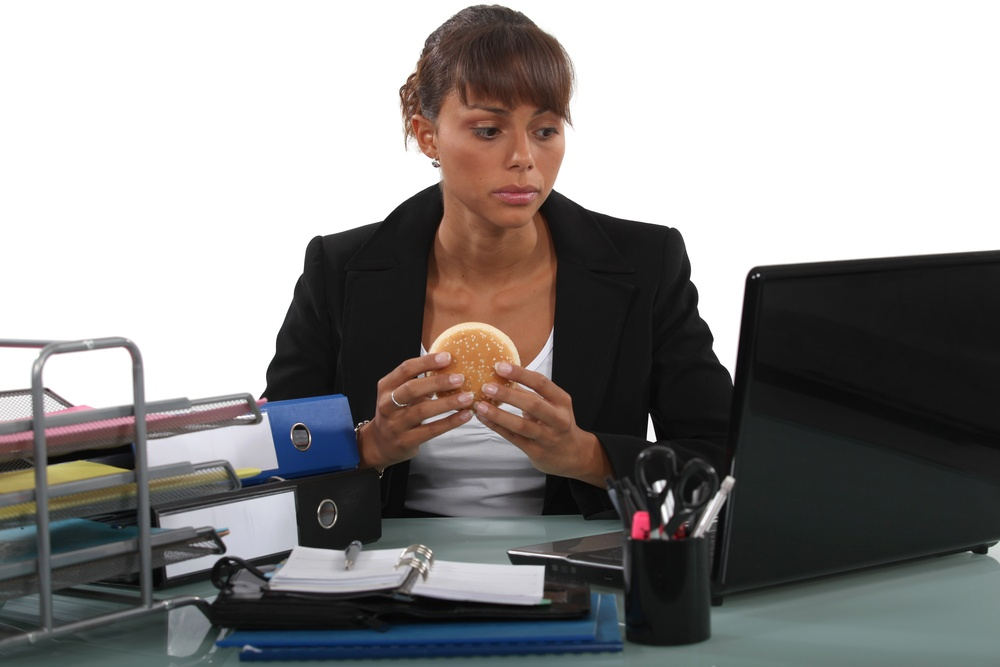 4 Reasons You Should Stop Eating Lunch At Your Desk Or